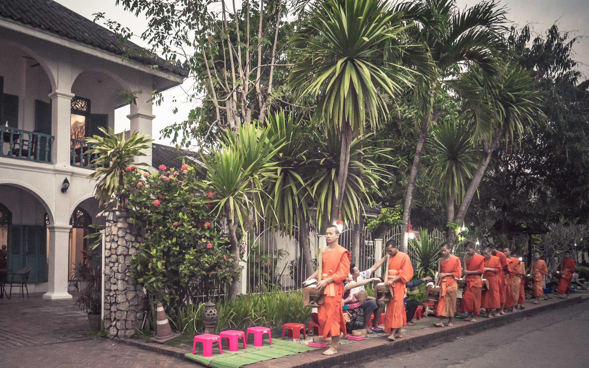 Lesvoyageuses-voyage-laos-luang-prabang-ceremonie-offrandes-12