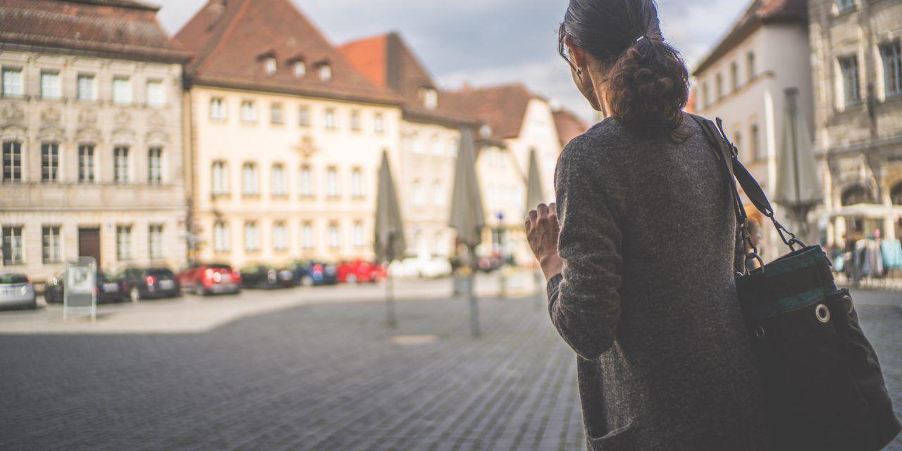 d73415fe449 Étudiante en Europe   Voici 6 astuces clés pour voyager plus et pas ...